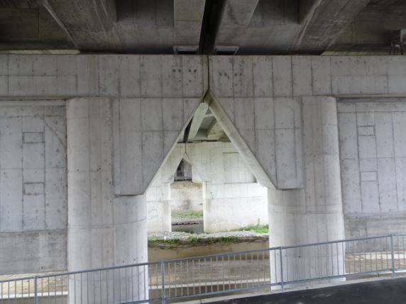 芥川にある名神高速の高架下
