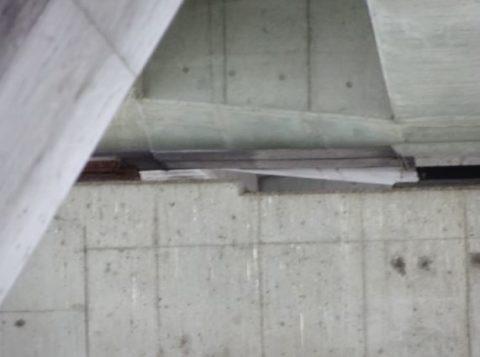 高槻市芥川の名神高速道路の橋脚